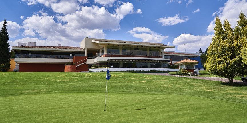 Edificio del Club de Golf rodeado del campo de golf