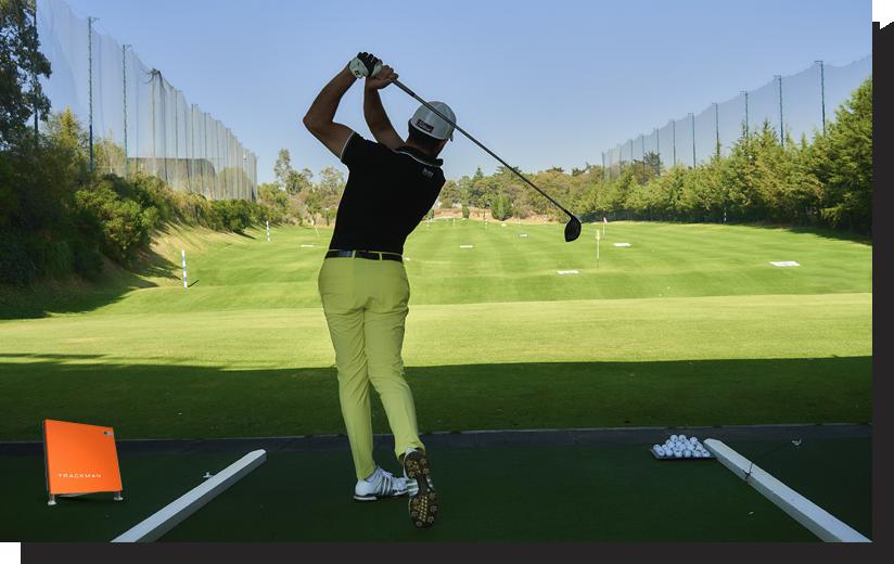 Hombre golfista practicando el Swing