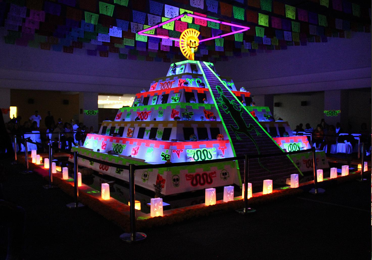 Decoración temática con pirámide Azteca