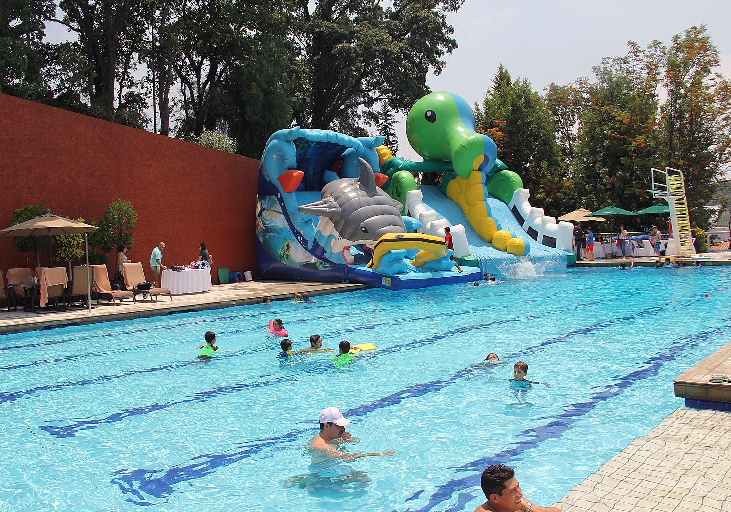 Piscina exterior con hinchables para lanzarse a la piscina