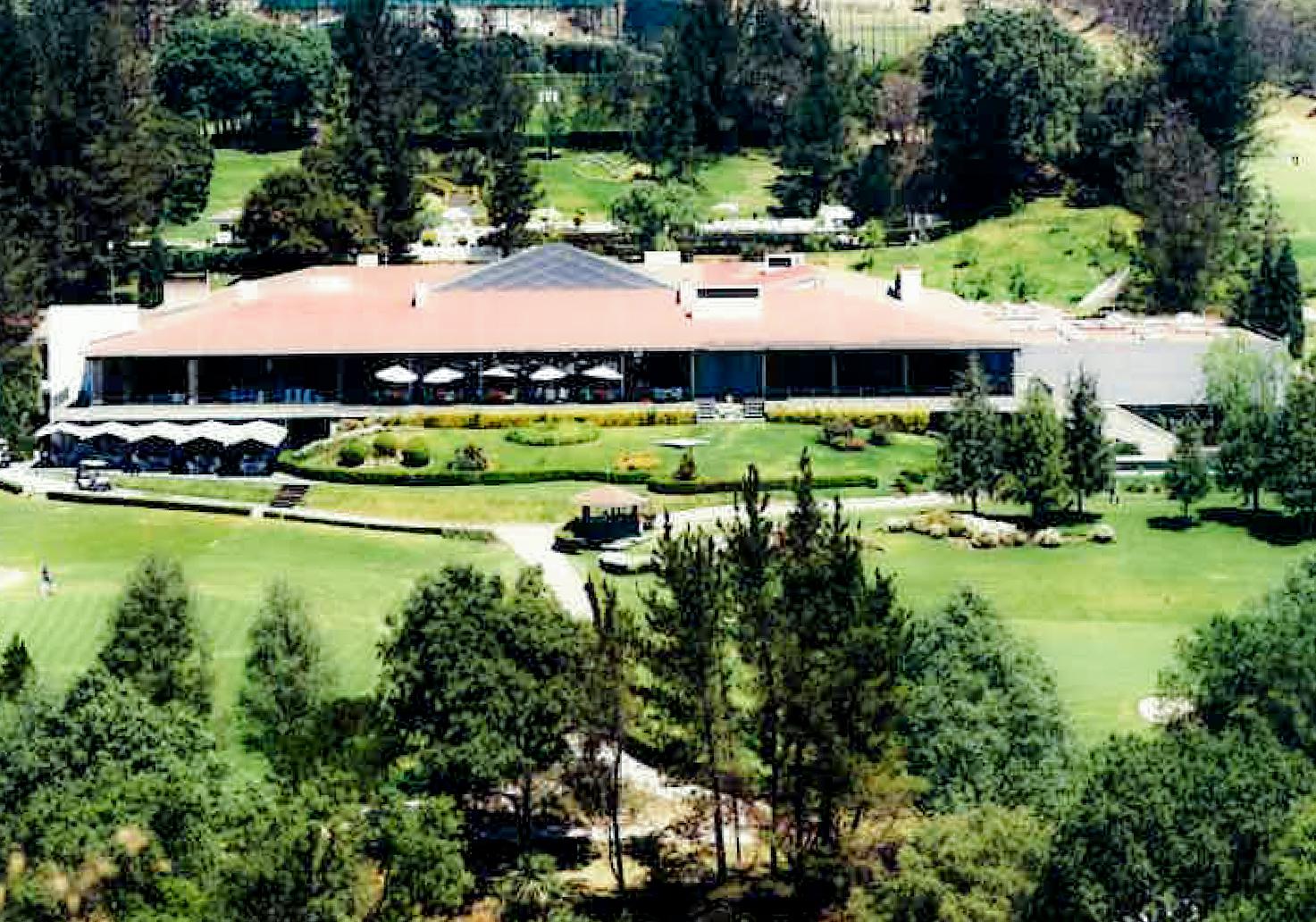 Toma aérea del edificio del Club Vallescondido