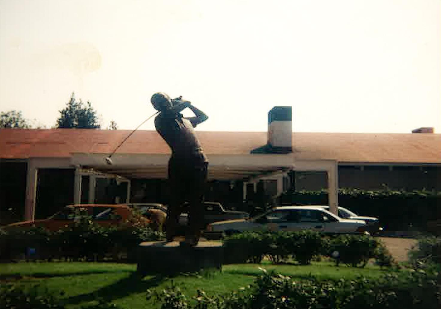 Estátua de golfista en la entrada principal