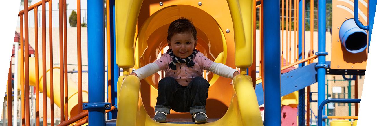 Playground con columpios para divertir a los más pequeños