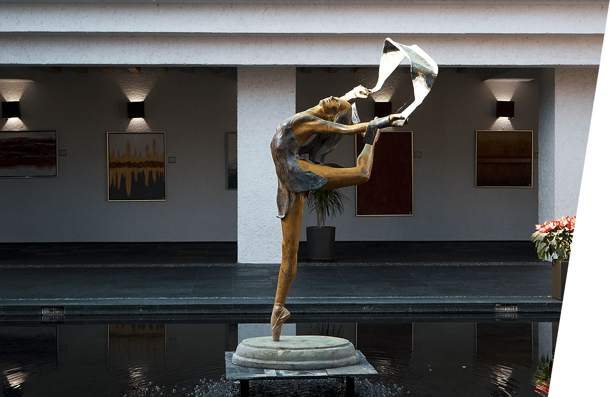 Estatua de bailarina en el centro del patio interior del Club Vallescondido