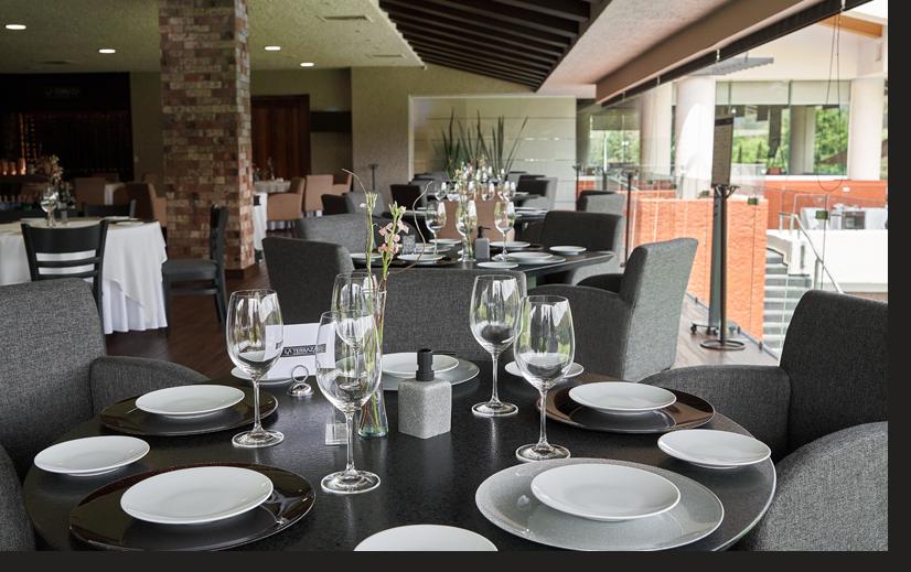 Restaurante elegante con gran ventanal luminoso